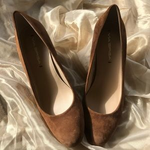 NWT Via Spiga Farley Wedge Pump in Saddle Suede